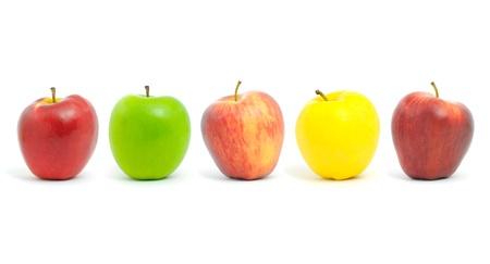 horizontal lines: Manzanas frescas de diferentes colores, aislados en blanco.
