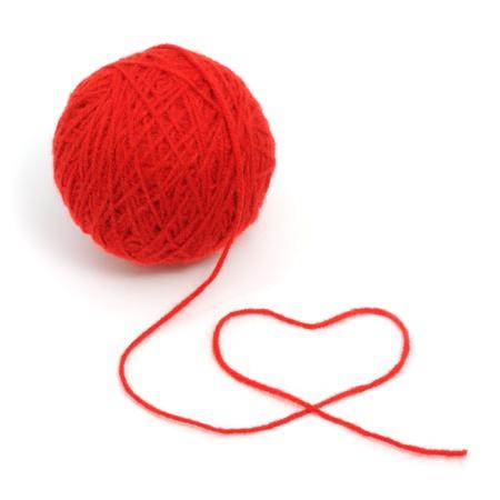 wool fiber: Tema pelota con el coraz�n aislado sobre fondo blanco