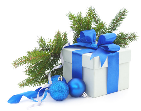 Christmas gift box with blue ribbon and fir branches. Banque d'images