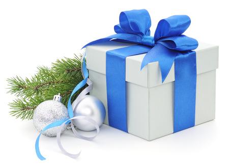 horizontální: Vánoční dárková krabička s modrou stuhou a jedlové větve.