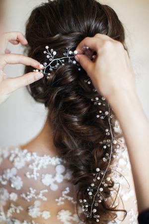 아름 다운 신부 헤어 스타일입니다. 방에서 결혼식 준비.