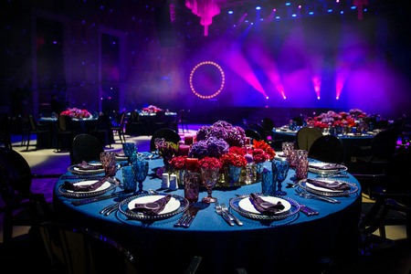 Juego de mesa para bodas u otra cena con servicio de catering.