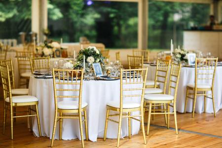 Zestawy stołów na wesele lub inną uroczystą kolację z cateringiem.