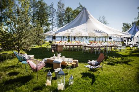 Namiot weselny z dużymi kulami. Zestawy stołów na wesele lub inną uroczystą kolację z cateringiem. Zdjęcie Seryjne