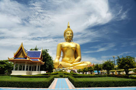 big golden Buddha statues photo