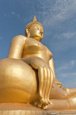 big golden Buddha statues
