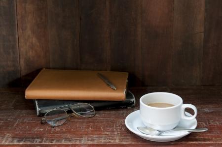 still life con caffè e notebook sul tavolo di legno