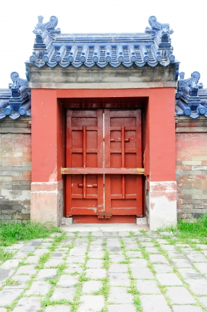 door bolt: Picture of isolated Chinese ancient traditional wood door with red painting