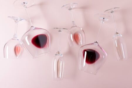 Assorted wineglasses with red, rose and white wine lying on pink background. Wine degustation concept. Flat lay. Top view. Copy space Banque d'images