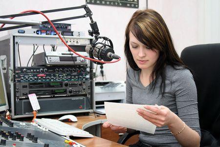 anunciar: Radio DJ se prepara para anunciar noticias en un estudio de radio  Foto de archivo