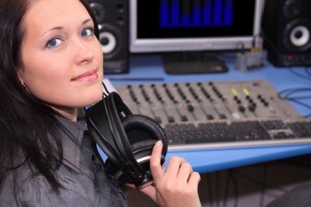 audition: Młoda kobieta uśmiecha w studio radiowe Zdjęcie Seryjne