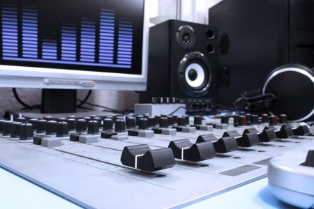 programm: Un pannello di controllo in uno studio radiofonico