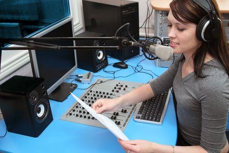 Una radio DJ annuncia novità in una radio-studio
