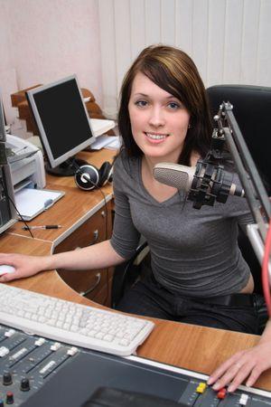 programm: Un DJ � di fronte a un microfono nella trasmissione studio Archivio Fotografico