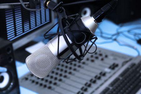 microfono radio: Un micr�fono en la parte delantera del panel de control en el estudio de la radiodifusi�n