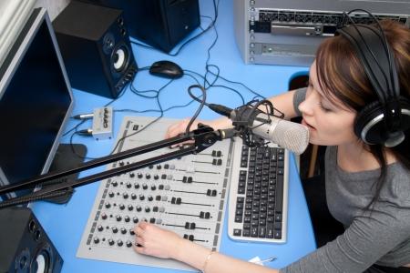 microfono de radio: Una radio DJ anuncia noticias en un estudio