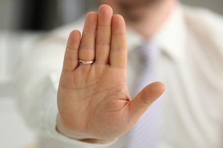 El brazo masculino muestra la palma durante la conversación de la conferencia como no en primer plano de la oficina. La sugerencia rechaza el argumento de la solución ilustrar la propuesta de oferta el soborno la demanda mantener fuera de proteger el concepto de servicio de cinco