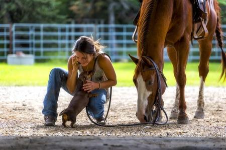 농장 소녀 말과 강아지와 함께 전화로 이야기 스톡 콘텐츠