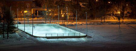 Outdoor Hockey rink in een veld 's nachts verlicht door lichten Stockfoto