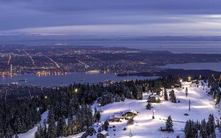 街の灯を見下ろす山の頂上からの眺め