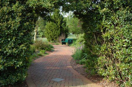 een weergave via de gras-archawy in een formele tuin