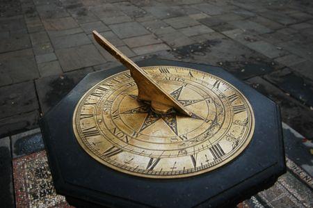 cadran solaire: Vieux cadran solaire dans un parc