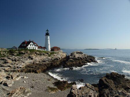 夏の時間でメイン州の海岸に沿って灯台