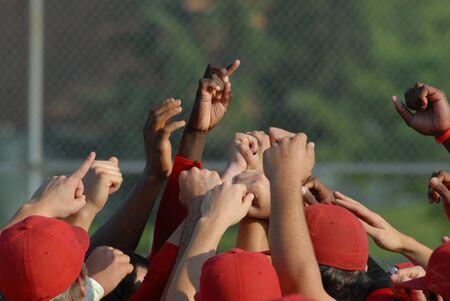 Handen in de lucht na een grote overwinning bij een honkbalwedstrijd