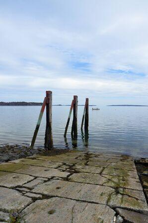 ボート スロープに沿って 3 つの鉄塔。メイン州の海岸沿いに位置します。