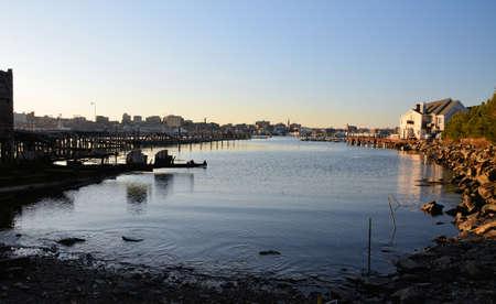 ポートランドから水を渡ってメイン州の海岸に沿うドックに小さな入り江。 写真素材