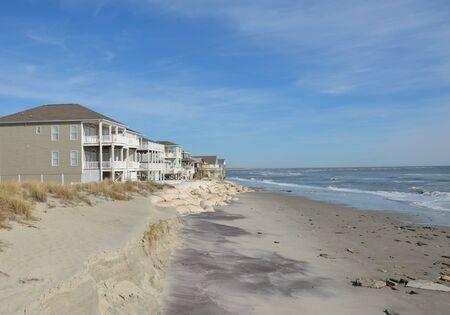 砂袋によって保護されている海岸沿いの家