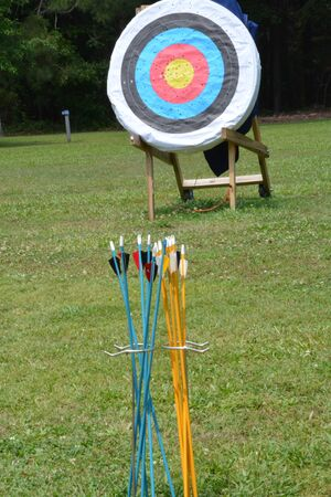 An archey training grounds located in a wooded field with a quiver of arrows ready to go. Imagens