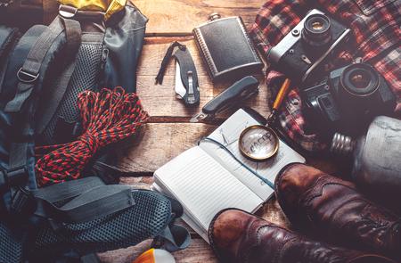 旅行や木製の背景、トップ ビューで観光装置です。冒険探索ライフ スタイル休日活動コンセプト 写真素材 - 84261038