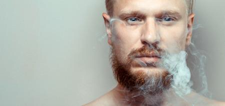 人クローズ アップ、タバコの煙、悪い習慣コンセプトの肖像画