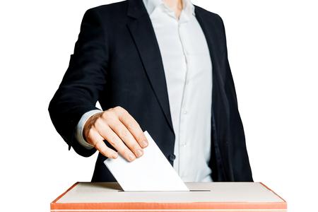 Homme mettant un bulletin de vote dans une boîte de vote sur fond blanc. Concept de liberté de la démocratie