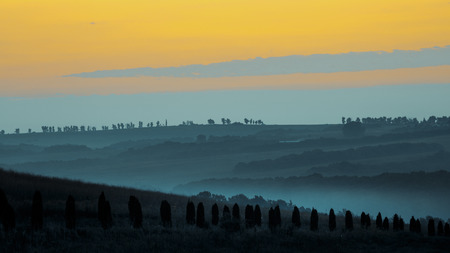 Beautiful sunrise and picturesque landscapes in Tuscany 免版税图像