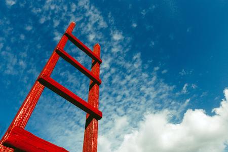 L'escalier rouge repose contre le ciel bleu. Concept de croissance de carrière dans la motivation du développement
