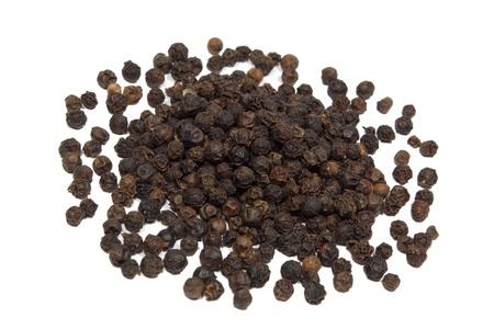 pepe nero: Primo piano di pepe nero isolato su sfondo bianco