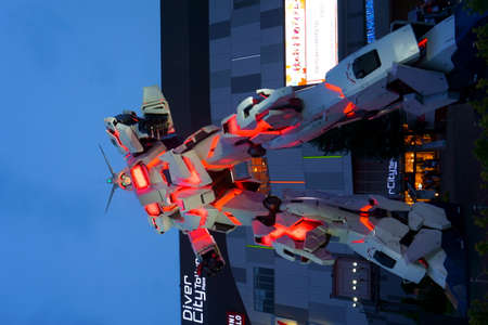 TOKYO - Sept 12 2018: Gundam robot that standing in front of the Diver City Tokyo Plaza building, Odaiba area 新聞圖片
