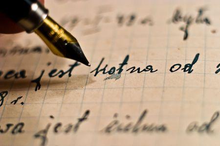 pluma de escribir antigua: blanco y negro y oro pluma estilogr�fica, pluma de tinta sobre el papel de edad antigua    Foto de archivo