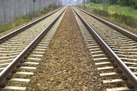 Blick auf die Bahnschienen an einem sonnigen Tag  Standard-Bild - 7519447
