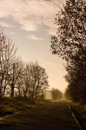 Gelbe Sonne hinter den Wolken auftreten auf einen warmen Abend Standard-Bild - 8422241