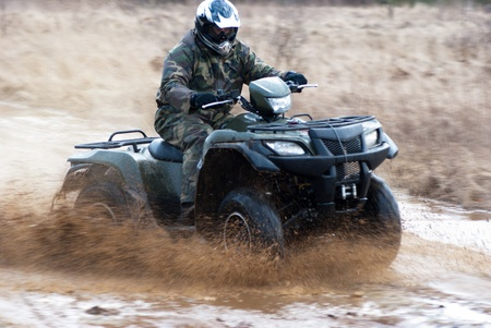 hombre montado en un quad, cuatro ruedas en la zona rural, el deporte serie