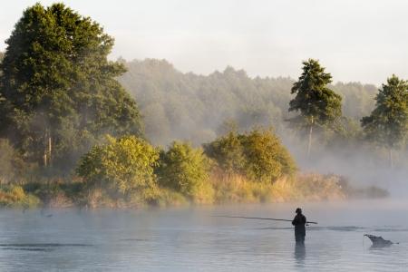 hombre pescando: pesca, la pesca en un lago, naturaleza serie
