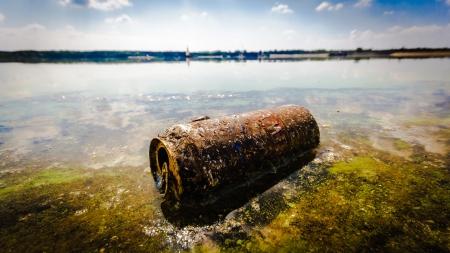 contaminacion ambiental: basura contaminando el medio ambiente natural, la contaminaci�n, la serie de la naturaleza Foto de archivo