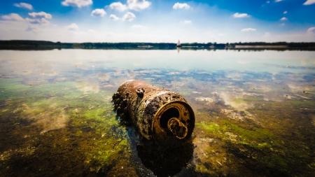 contaminacion del agua: basura contaminando el medio ambiente natural, la contaminación, la serie de la naturaleza Foto de archivo