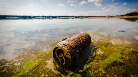 contaminacion del agua: basura contaminando el medio ambiente natural, la contaminaci�n, la serie de la naturaleza Foto de archivo