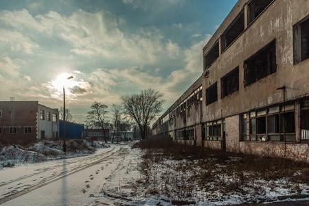 pared rota: Ruinas de una fábrica industrial muy fuertemente contaminada, el lugar era conocido como una de las ciudades más contaminadas de Europa Foto de archivo