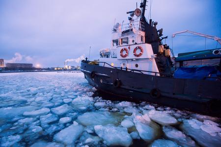 De Icebreaker schip gevangen in het ijs probeert te breken en laat de baai tussen de gletsjers