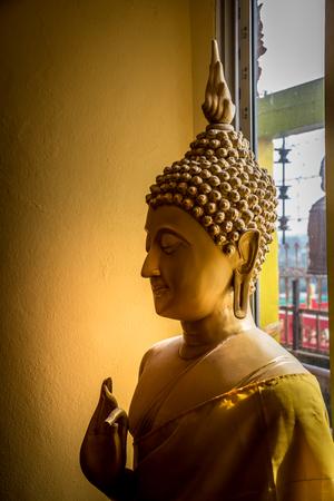 Stucco Buddha cut the golden wall scene. 版權商用圖片